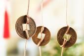 Feng shui mince na světlé pozadí