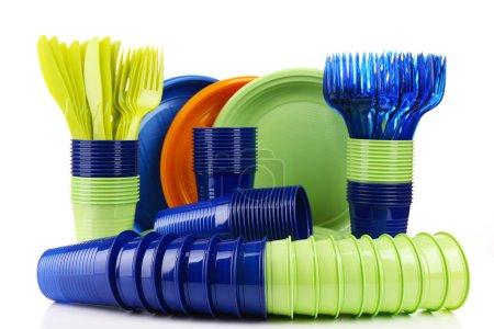 Photo pour Lumineux vaisselle jetable en plastique isolé sur blanc - image libre de droit