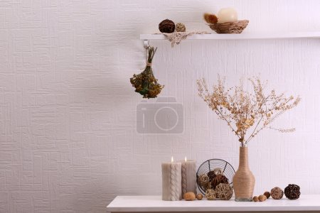 Photo pour Nature morte de fleurs séchées sur fond de mur blanc - image libre de droit