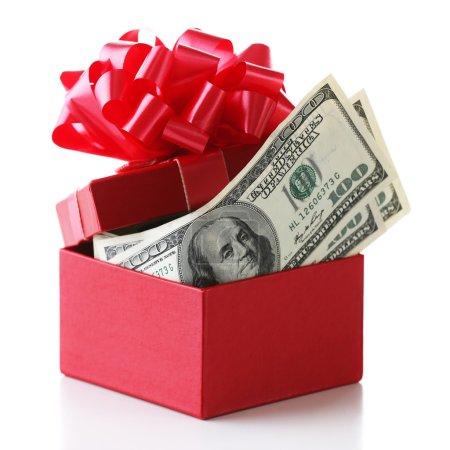 Photo pour Paquet de dollars dans la boîte actuelle avec arc isolé sur blanc - image libre de droit