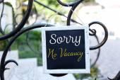 Vývěsní štít s textem Sorry No Vacancy nedaleko hotelu