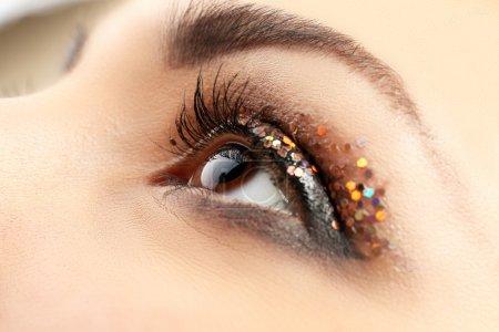Foto de Ojo femenino con maquillaje de fantasia brillo, visión macro - Imagen libre de derechos