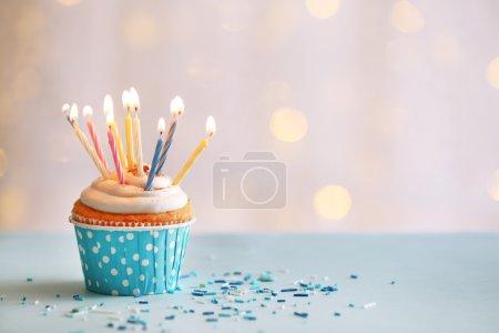 Foto de Bizcocho de cumpleaños delicioso en mesa sobre fondo claro - Imagen libre de derechos