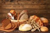 """Постер, картина, фотообои """"Различные хлеб с ушами и семена подсолнечника на деревянных фоне"""""""