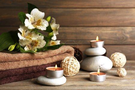Photo pour Composition du magnifique spa avec des pierres et des fleurs sur fond en bois - image libre de droit