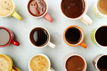 Photo pour Plusieurs tasses de café sur la table, vue de dessus - image libre de droit