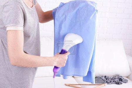 Photo pour Chemise vapeur femme dans la chambre - image libre de droit