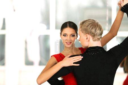 Photo pour Beau couple en danse de salon active, à l'intérieur - image libre de droit