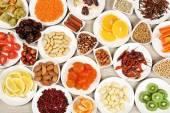 Různé produkty na talíře na dřevěný stůl, pohled shora
