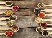 Kolekce čaje a přírodních přísad v dřevěné lžíce, na starý dřevěný stůl