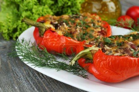 Foto de Pimientos rellenos con verduras y hortalizas en mesa cerrar - Imagen libre de derechos