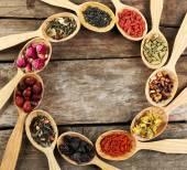 Sammlung von Tee und natürliche Zusatzstoffe in der Holzlöffel auf alten Holztisch