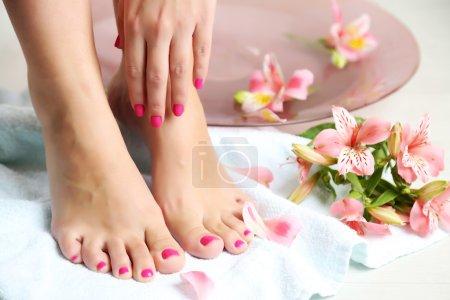 Photo pour Femme belles jambes dans un bol, sur fond clair de lavage. concept de spa intérieur - image libre de droit