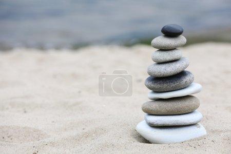 Photo pour Pierres zen équilibre spa sur la plage - image libre de droit