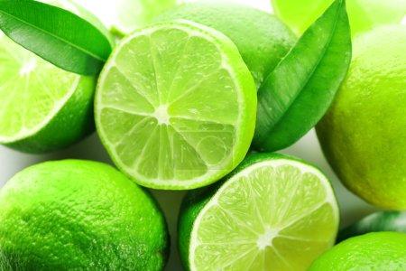 Photo pour Tranches de limes fraîches, gros plan - image libre de droit