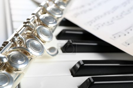 Photo pour Flûte et piano avec partition bouchent - image libre de droit