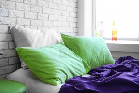 Photo pour Lit confortable avec oreillers et couverture dans la chambre - image libre de droit