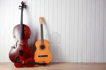 Photo pour Instruments de musique sur fond de planches de bois - image libre de droit