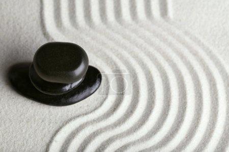 Photo pour Jardin zen avec des pierres sur fond de sable - image libre de droit