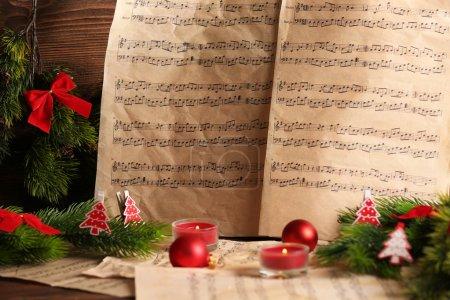 Photo pour Bouchent avec des notes de musique avec décoration de Noël - image libre de droit