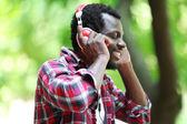 Američan Afričana muž se sluchátky