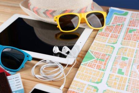sonnenbrille paesse digital tablet und stadtplan