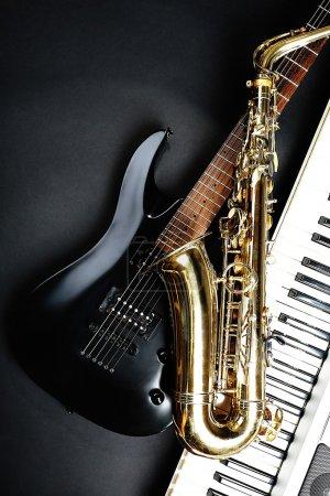 Photo pour Instruments de musique sur fond sombre - image libre de droit