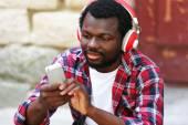 Američan Afričana muž se sluchátky venku