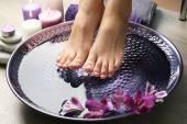 Ženské nohy v proceduře pedikúra