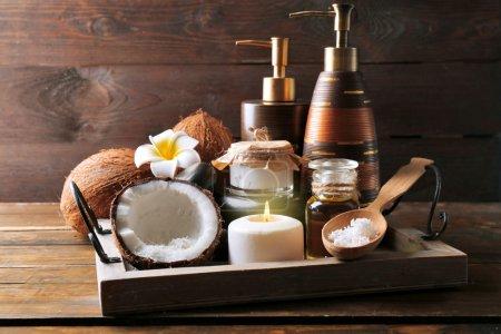 Photo pour Produits de noix de coco Spa sur fond en bois foncé - image libre de droit
