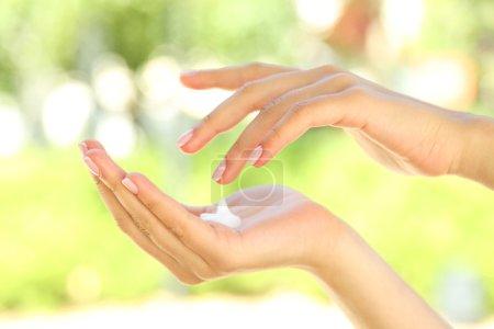 Photo pour Goutte de crème pour les mains sur les mains des femmes - image libre de droit