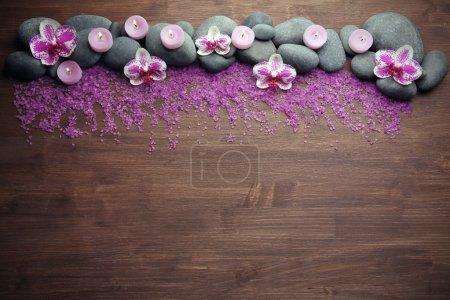 Photo pour Pierres et orchidées spa sur fond bois - image libre de droit