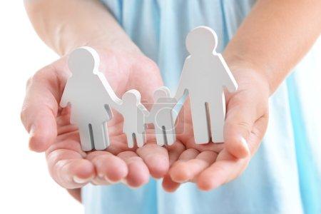 Photo pour Concept de famille unie - figures des parents et des enfants entre les mains des filles et des mères - image libre de droit