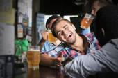 Muži popíjeli pivo