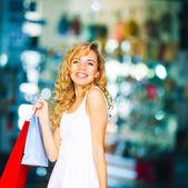 Krásná mladá žena s taškami