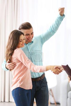 Photo pour Femme serrant la main de l'Agent immobilier dans la nouvelle maison - image libre de droit