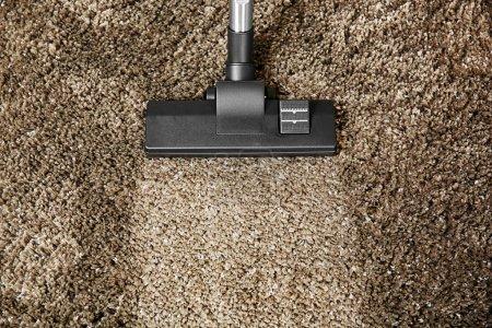Photo pour Concept de nettoyage - aspirateur sur tapis doux gris, gros plan - image libre de droit