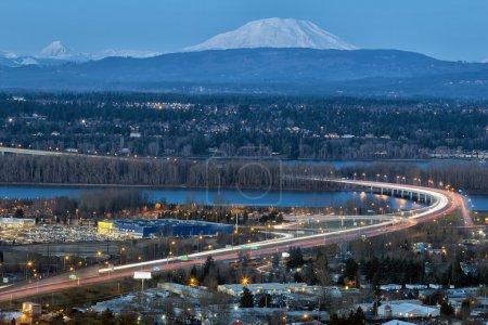 Photo pour Glenn L Jackson Memorial Bridge I-205 autoroute au-dessus de Columbvia River entre l'Oregon et l'état de Washington pendant l'heure bleue du soir - image libre de droit