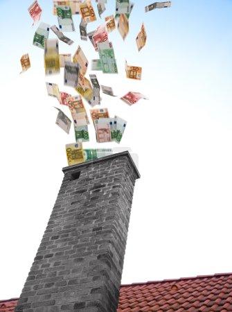 Photo pour Beaucoup d'euros s'envole dans la cheminée - image libre de droit