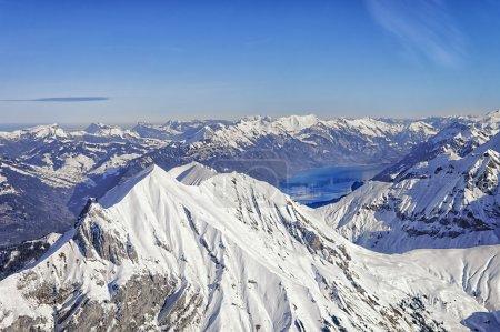 Photo pour Niesen pic alpin suisse et Brienz lac vue d'hélicoptère d'hiver - image libre de droit