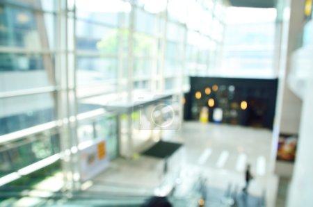 Photo pour Défocus ou arrière-plan flou du hall d'entrée de l'immeuble de bureaux moderne - image libre de droit