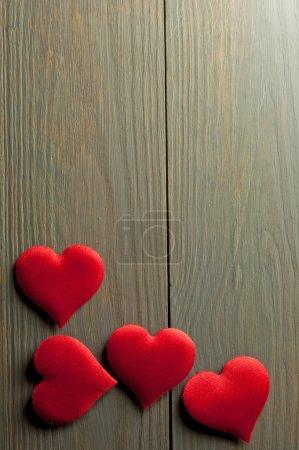 Photo pour Coeurs rouges bordent sur un fond de bois avec de l'espace - image libre de droit