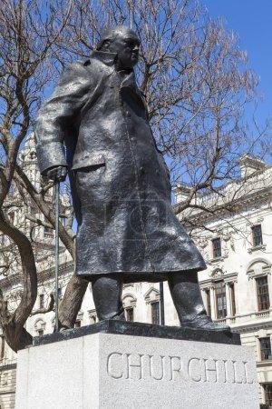 Photo pour Une statue de l'emblématique Premier ministre britannique Sir Winston Churchill, située sur Parliament Square à Londres. - image libre de droit