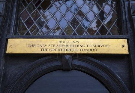 Photo pour Une plaque sur 230 The Strand à Londres, l'ancienne maison du Wig and Pen Club et célèbre pour être le seul bâtiment sur The Strand à survivre au grand incendie de Londres en 1666. - image libre de droit