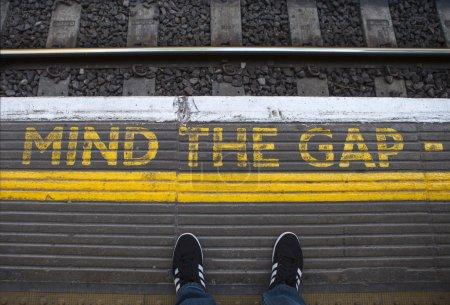 Photo pour L'esprit que l'écart peint sur une plate-forme de tube au centre de Londres. - image libre de droit