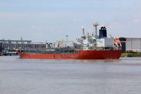 Photo pour Grand navire entrant dans le port pour livrer des produits chimiques à distribuer aux usines et raffineries - image libre de droit