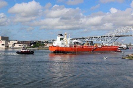 Photo pour Super tankerat entrée du canal du navire, Venant ramasser un chargement de pétrole d'une raffinerie, Deux remorqueurs aider le navire pour aider à éviter un accident catastrophique - image libre de droit