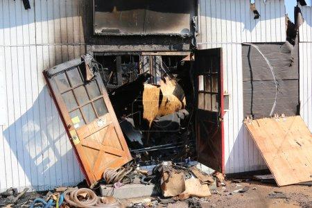 Photo pour La quincaillerie familiale a pris feu pendant la nuit, Fire marshall enquête sur la cause de l'incendie . - image libre de droit