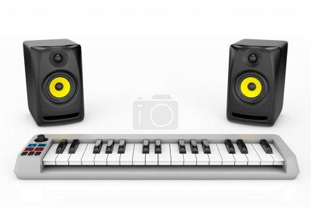 Photo pour Synthétiseur de piano numérique avec haut-parleurs audio sur fond blanc - image libre de droit