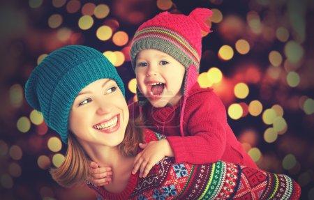 Photo pour Heureux famille mère et bébé petite fille jouer en hiver pour les vacances de Noël - image libre de droit